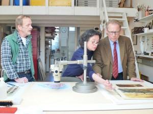 Restauratoren Vera und Olaf Kaldewey; Untersuchung mit dem Stereomikroskop